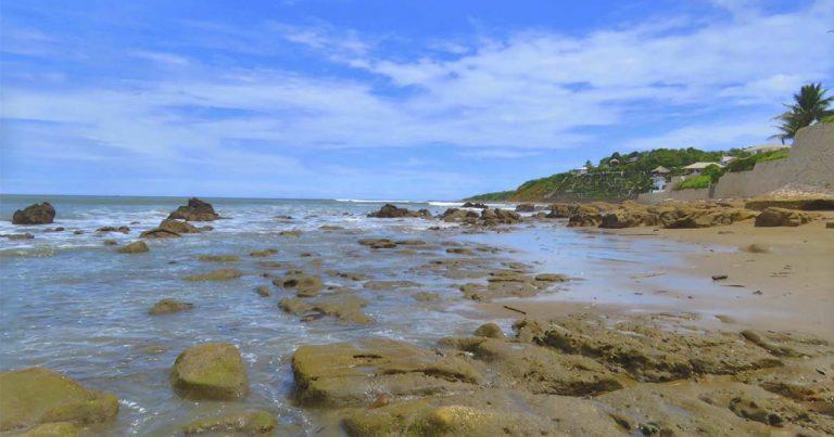 La playa de olas verdes cerca del rompeolas en Playas Villamil
