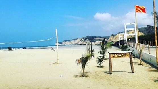 Día soleado en playa de Canoa Manabí