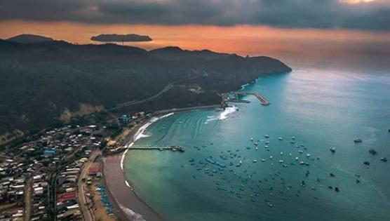 Vista aerea de Puerto López en Ecuador