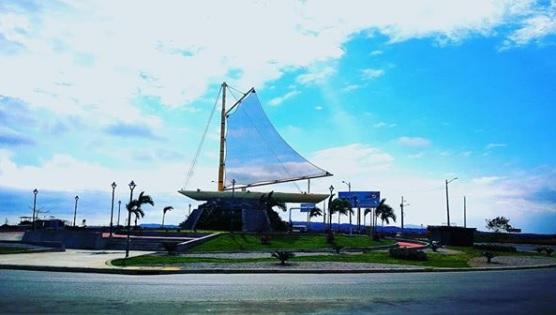 Monumento a La Balsa Ancestral en vía de acceso a General Villamil